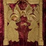 Drap mortuori dels abats<br /> S. XV<br /> Vellut i fil daurat brodat.<br /> 352 x 170<br /> Núm. Inv. 318