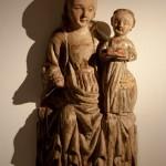 Imatge de la Mare de Déu<br /> S. XV<br /> Talla de fusta policromada.<br /> 81 x 37 x 16<br /> Núm. Inv. 52<br /> Venerada antigament com la Verge de Loreto. Era una imatge devota que es cobria amb vestimenta. <br /> Prové d'una fornícula del carrer Isalguer (Sant Joan de les Abadesses).