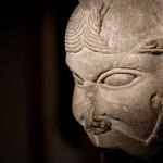 Capitell (fragment) <br /> S. XII <br /> Pedra.<br /> 24 x 15 x 17<br /> Núm. Inv. 70<br /> S'hi representa la imatge d'una cara.