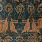 """Teixit llavorat de la zona oriental de l'imperi Bizantí anomenat """"dels ocells"""" (fragment)<br /> S. X - XII <br /> Seda.<br /> 58 x 61<br /> Núm. Inv. 356<br /> Prové de la tomba de l'abat Francesc Roig."""